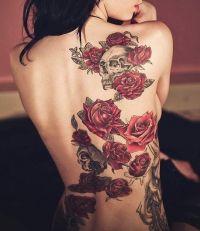 tatuaże czerwone róże na plecach