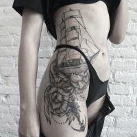 statek tatuaż na biodrze