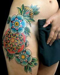 tatuaże kwiatki na biodrach