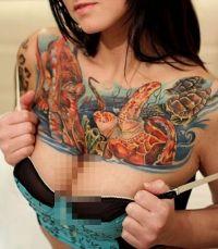 żółw tatuaż na klatce piersiowej