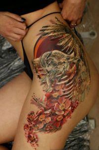sowa na kwiatach tatuaże na udzie