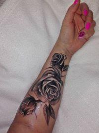 tatuaże z różami na ręce