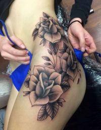 kwiaty tatuaże na biodrze dla kobiety