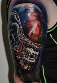 obcy tatuaz na ramieniu