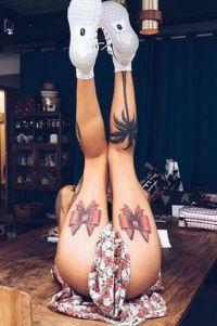 tatuaże na udach - kokardy