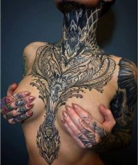 duży tatuaż na klatce piersiowj dla kobiety