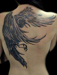 czarny ptak tatuaż na plecy