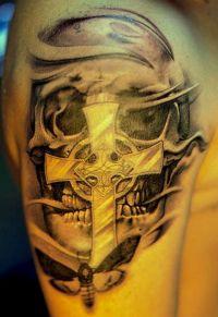 czaszka i krzyż, tatuaże na ramieniu
