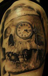 czaszka i zegarek