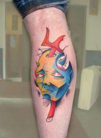 diabeł tatuaż na łydce