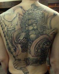 duży tatuaż na plecach