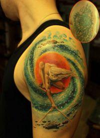 kolorowy tatuaż na ramieniu