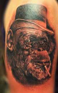 małpa tatuaż na ramieniu