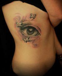 oko tatuaż na żebrach kobiety