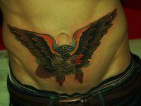ptak tatuaż na brzuchu