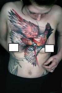 ptak tatuaż na klatce piersiowej