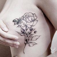 róża tatuaże na piersi