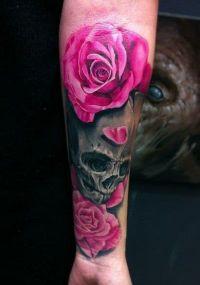różowe róże i czaszka tatuaż na ręce