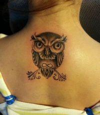 sowa tatuaż na środku pleców