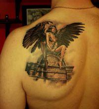 tatuaż anioł na lopatce