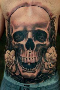 tatuaż na brzuchu czaszka