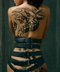 tatuaż smok na plecach kobiety