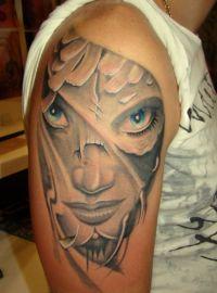 twarz kobiety tatuaż na ramieniu
