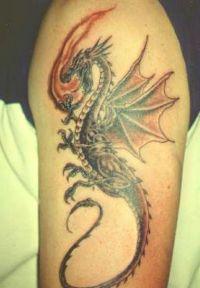 ziejący ogniem smok tatuaż