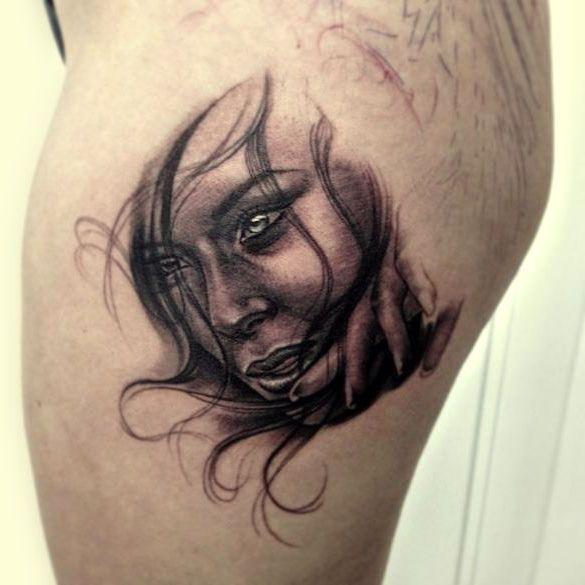 tważ kobiety tatuaż na biodrze