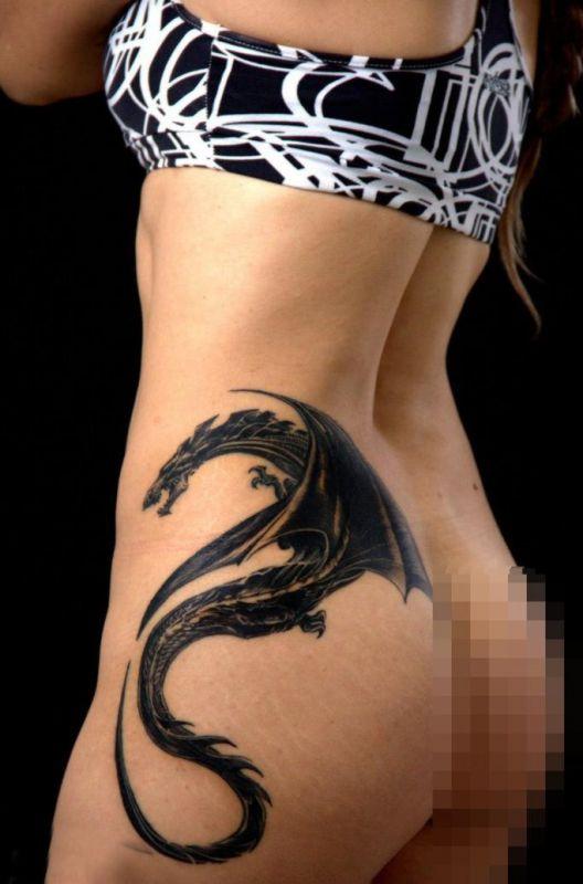 smok tatuaż na biodrze