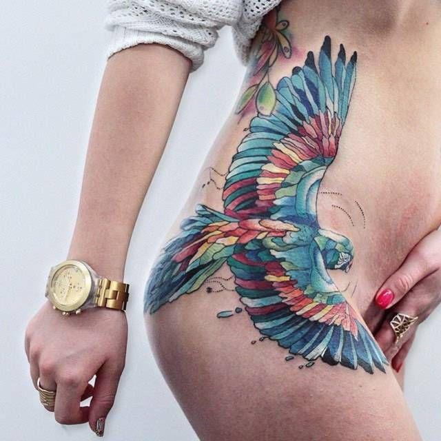 tatuaże na biodrach dla kobiet
