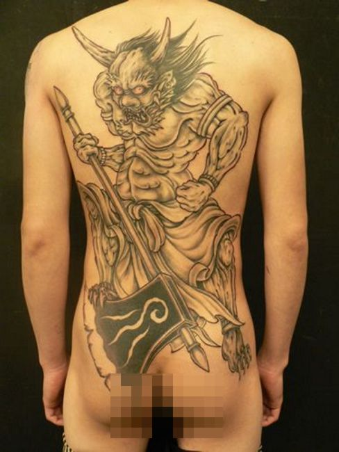 demon tatuaż na plecach