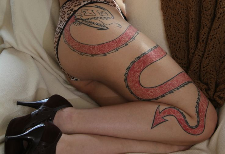 ogon diabła tatuaż na udzie