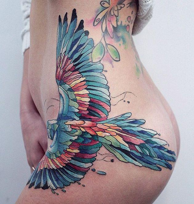 niebieski ptak tatuaż na biodrze