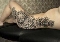kwiatki mozaiki tatuaże na biodzrach